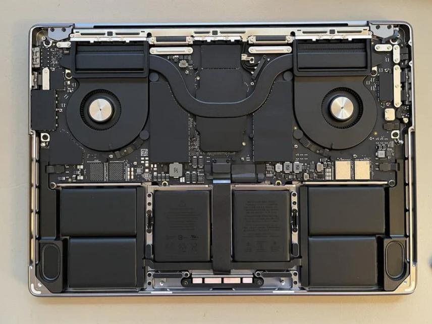 网友展示新款MacBook Pro内部结构 M1 Max芯片尺寸真的很大